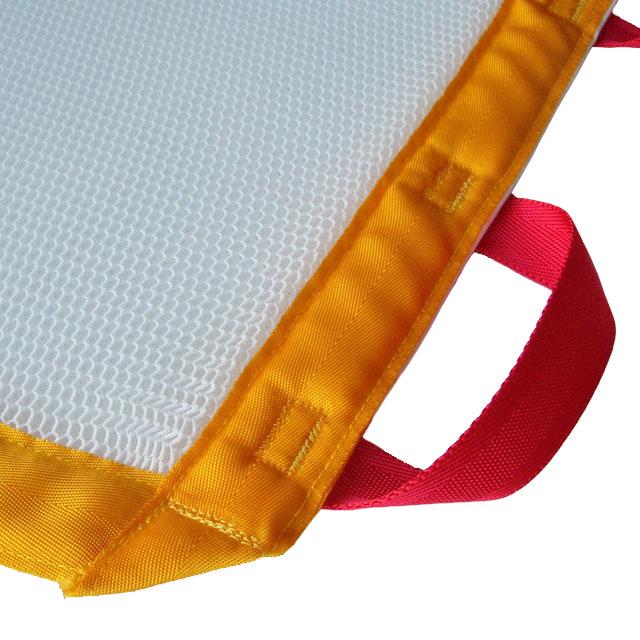 【素材】リーフの主素材にはフュージョンを使用。軽量・伸縮性・通気性・通水性に優れています。端を補強し、12箇所の持ち手を設けて担ぎやすくしています。