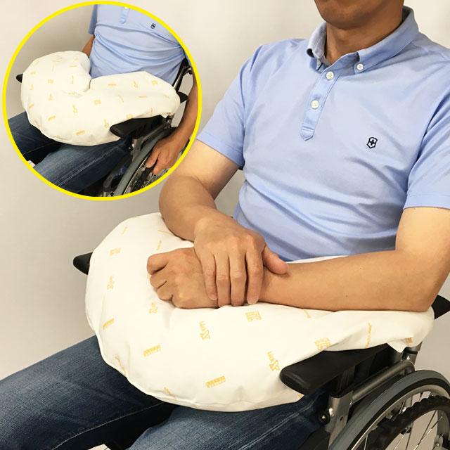【活用例】車椅子に座った時にふととももの上に乗せて腕を乗せます。腕の重さがクッションに支えられ、肩の負担が軽くなり、身体が楽になります。体幹の前屈予防になります。