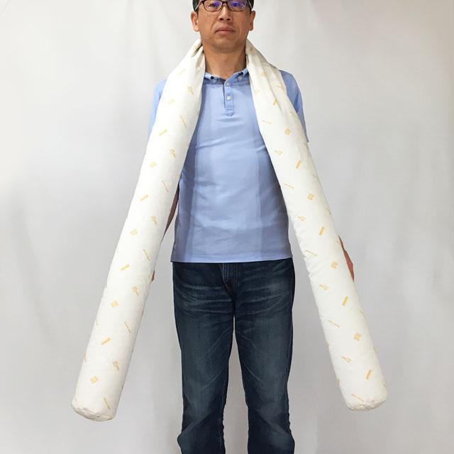 【大きさのイメージ】モデルの身長178cm。クッションのサイズは、直径12×長さ250cm。