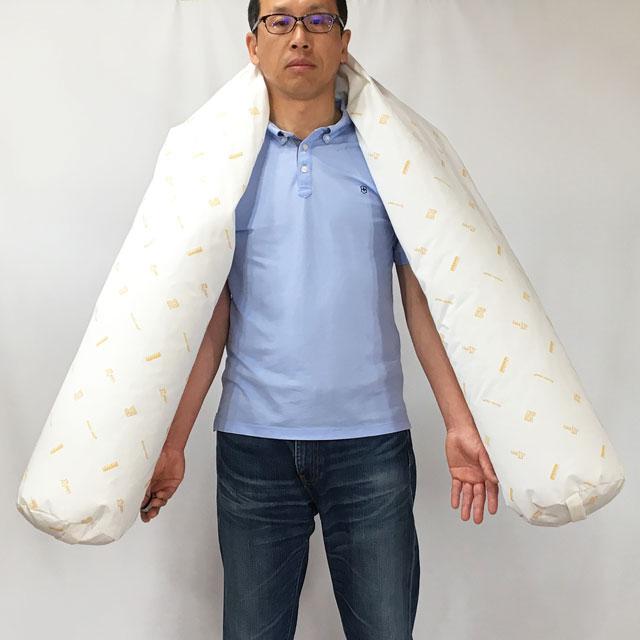【大きさのイメージ】クッションのサイズは直径20x長さ220cm。モデルの身長178cm。