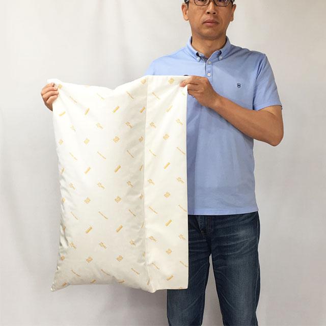 【大きさのイメージ】クッションのサイズは40x80cm。フラップ部20x80cm。モデルの身長178cm。