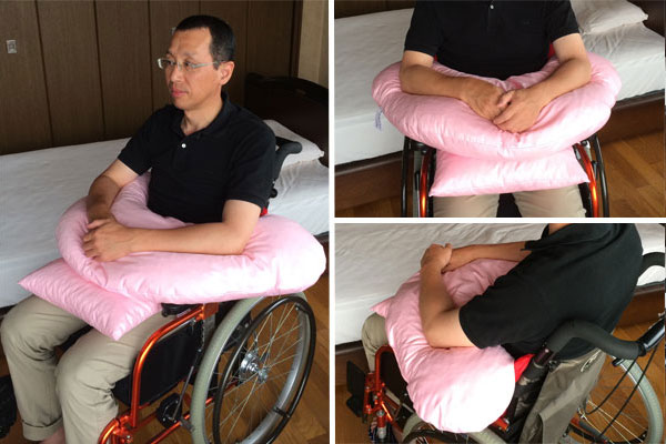 サポタイト・ブーメラン使用例、車いす座位で前屈予防の上肢サポートに