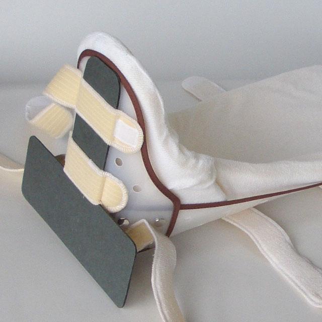 T字バーは取り外しできます。股関節のがに股・内股を予防して中間位に保ちたい時に装着してください。