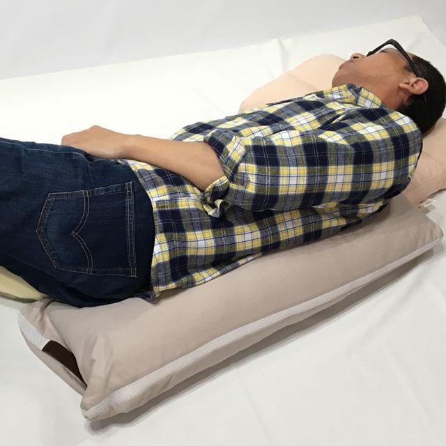 【使用例】背中に当てて90度側臥位や30度側臥位の保持などに。