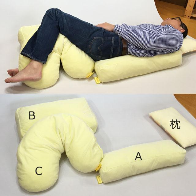 【使用例】30度側臥位では、両足の高低差を連れて角度を出します。この写真の場合は、左下肢をCタイプの上に乗せ足を浮かせます。もしくは別のクッションを置いてその上に左足を乗せてもいいでしょう。