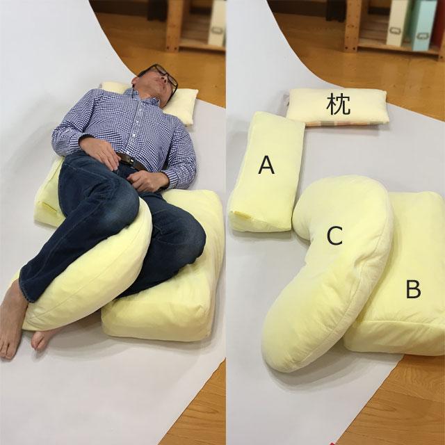 【使用例】30度側臥位で下肢の保持に。この写真では左下肢に角度を付けるための土台に使用しています。これを施さないと左下肢が倒れて骨盤が大きく捻じれます。それは良くないので必ず下肢に角度を付けましょう。