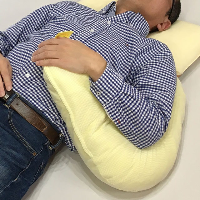 【使用例】麻痺のある上肢の保持に。上肢保持のポイントは肩口から上腕の支えにあります。上肢に沿った形で肩口から肘・手までを一つのクッションででなめらかに保持出来るのがおすすめポイントです。