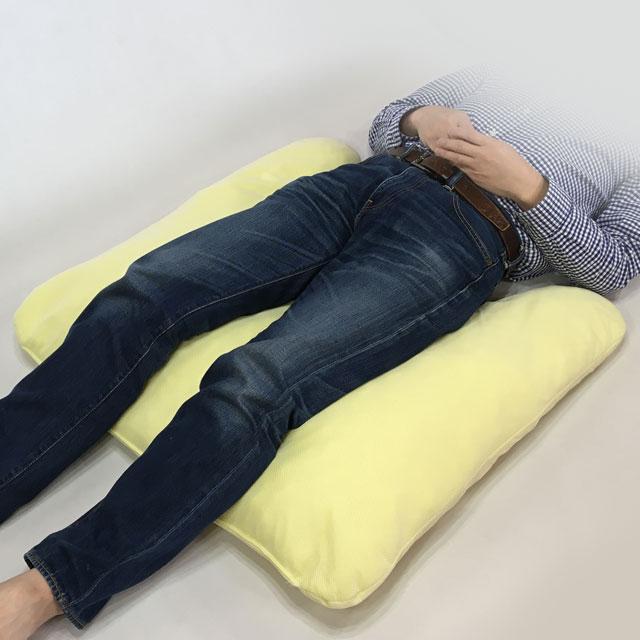 【使用例】両下肢を乗せて仙骨部の除圧に。凹側をお尻を囲むように挿入します。軽く股関節を曲げることで腰部から臀部の安楽さが生まれます。これに加えてかかとの除圧も忘れずに行いましょう。