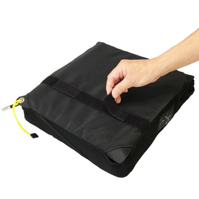 カバー底面は滑り止め加工。面ファスナーをシートに縫い付ければクッションの固定もできます。