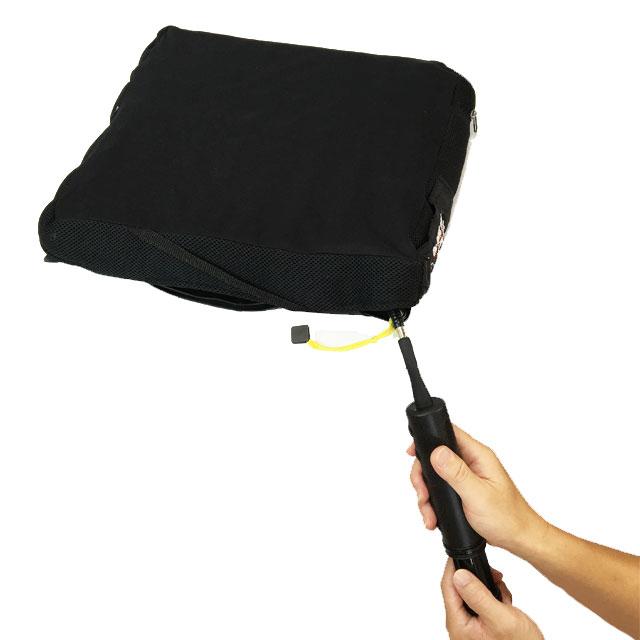 クッションに座る前にバルブからポンプで空気を注入します。座った後で空気を抜いていき空気量を調節します。
