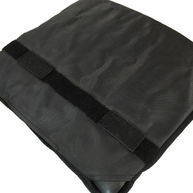 カバー底面は滑り止め加工されています。置いたままでもズレたりしません。どうしても固定したい場合は、面ファスナーによる固定が可能です。