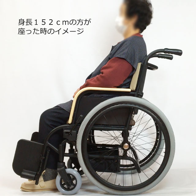 身長152cmのユーザーが使用した時のイメージです。座面高は高めです。1時間を超える座位が続くようなら太もも裏の圧迫に注意が必要です。足を踏み台の上に乗せるなどして工夫が必要です。奥行きは少し深めですが問題ない程度です。