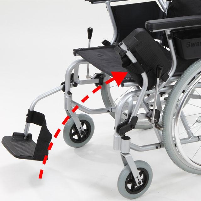 【足置き跳ね上げ】足置きは跳ね上げることができます。足漕ぎをされる時、洗面台に接近する時、折りたたむ時などに跳ね上げると便利です。