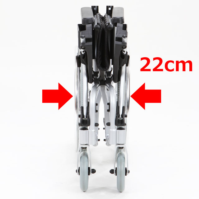 【折りたたみ時の幅】一般的な車いすを折りたたむと幅35cm程度ありますのでスワニーミニの幅22cmは、かなり薄く折りたたむことができています。